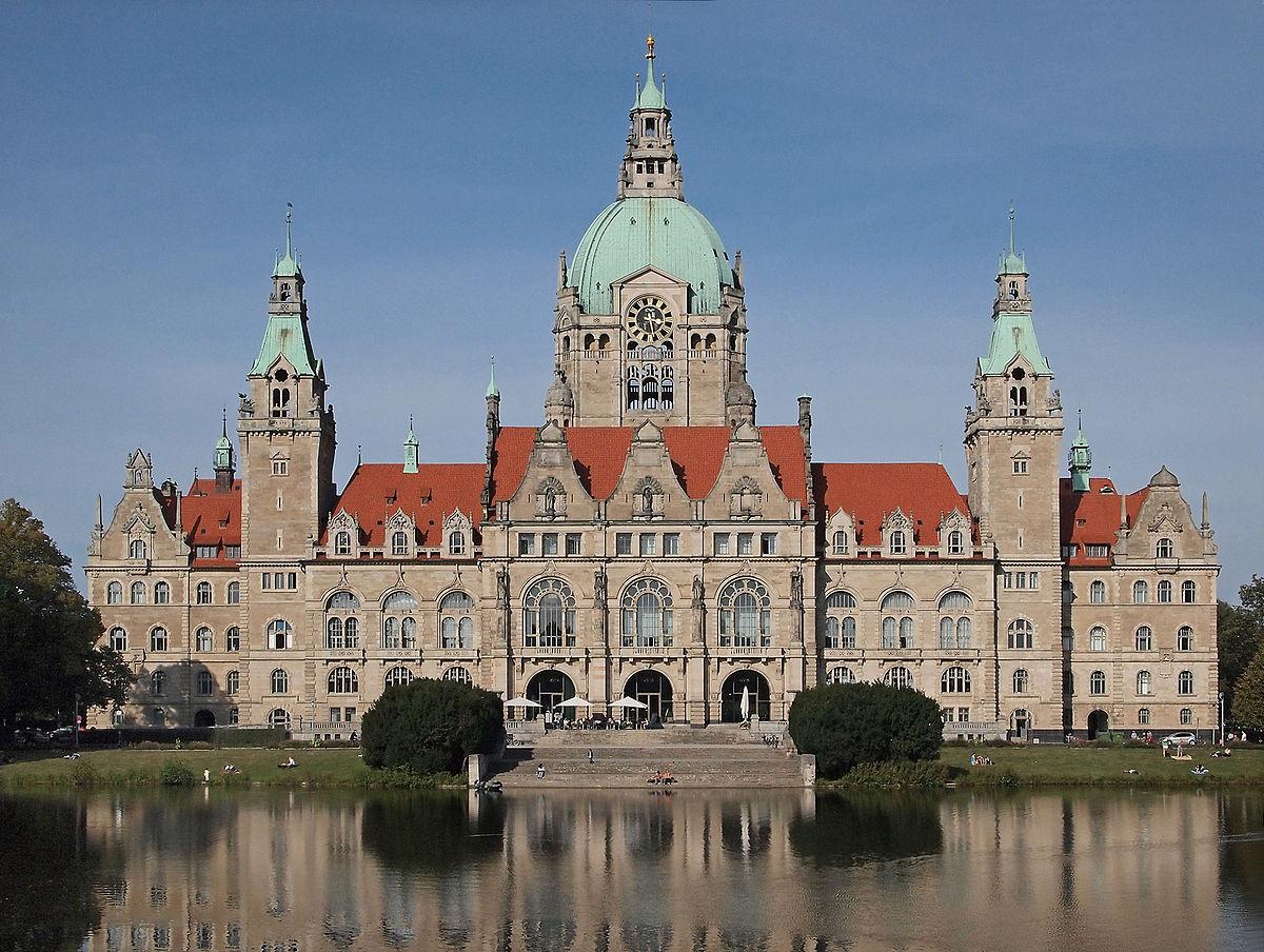 1200px-Neues_Rathaus_Hannover_Maschteich